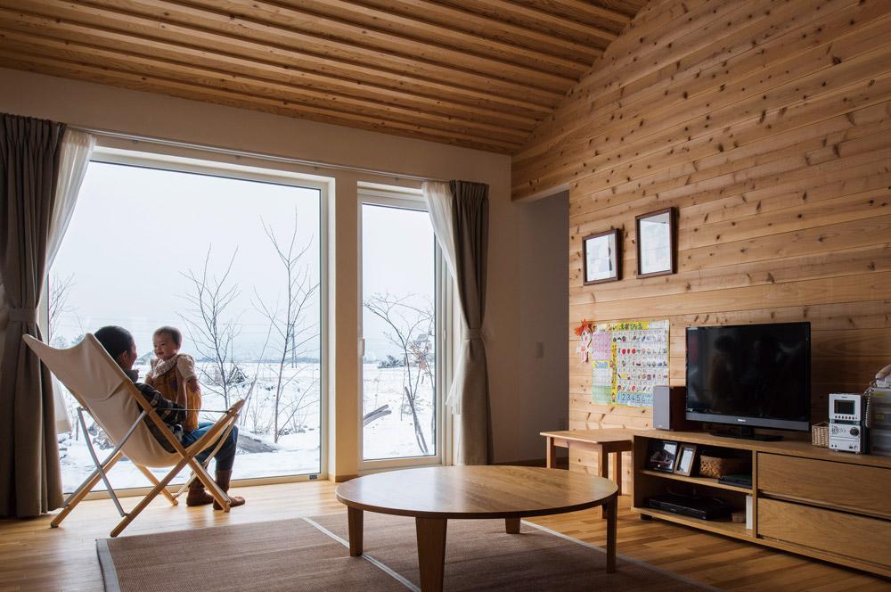 樹脂サッシを使うと、大きな窓を入れても一年を通して快適な室温を保つことができる