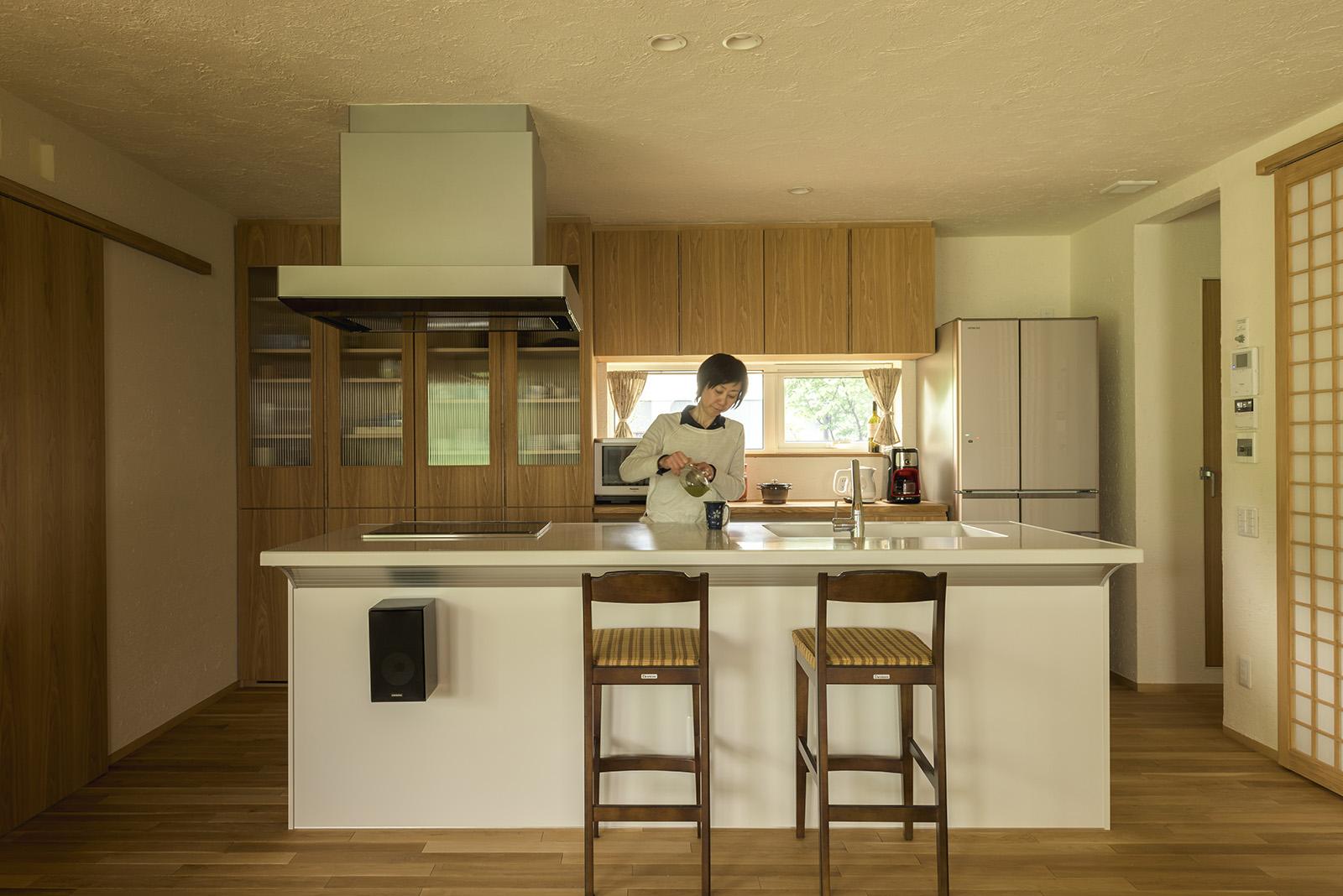 「アイランド型キッチンは、広くて使いやすくお気に入りです」。収納を考えられた造作の食器棚とカウンターなど、奥さんへの配慮が行き届いたキッチンスペース
