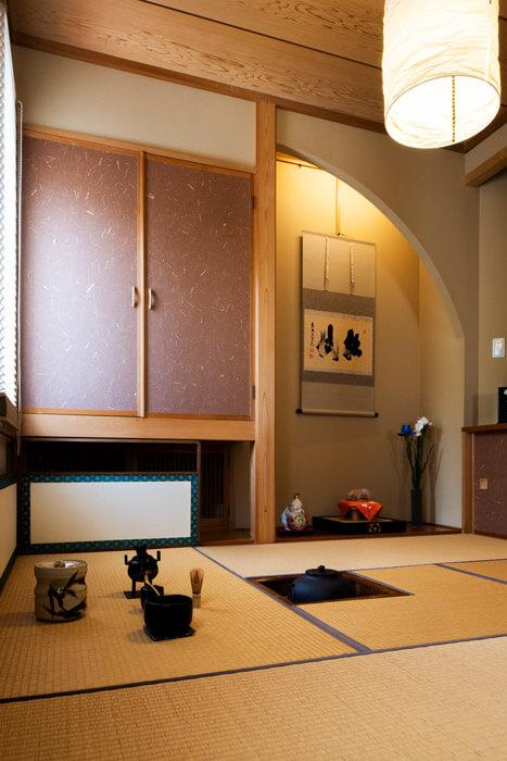 リビングに隣接して、床の間と炉を備えた四畳半の和室が設けられている