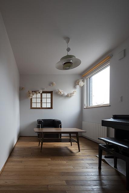 将来は娘さんの部屋になる予定のフリースペース。奥は吹き抜けに面した飾り窓