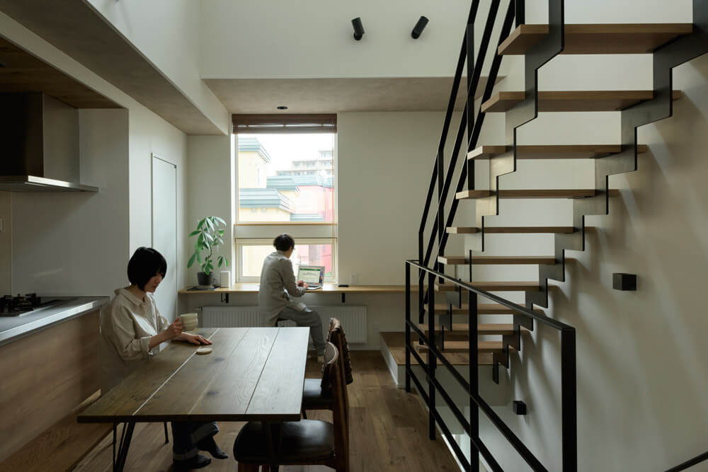 ハートランドホームで家を建てたFさんご夫妻。「ここが狭小地だということをついつい忘れてしまうほどの、ゆったりとした空間です」と満足のご様子