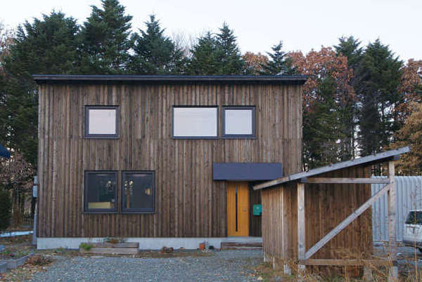 防風林を背にして建つKさん宅。まるで昔からそこにあった ように自然の風景と馴染んでいる
