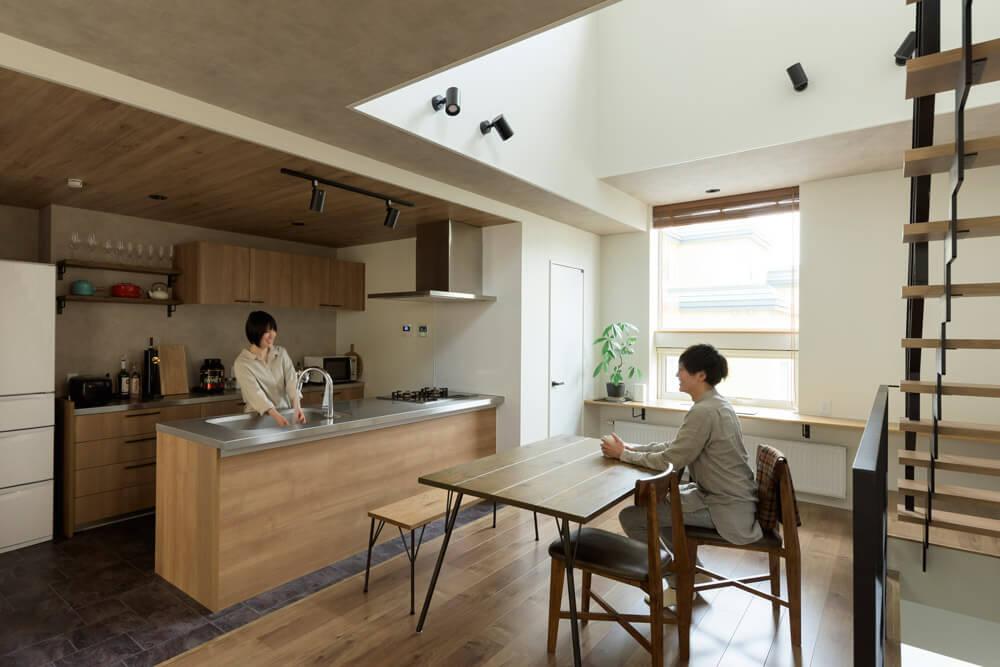 「広々としたキッチンに憧れていたので嬉しいです」と笑顔を浮かべる奥さん。隣には洗濯スペースが設けられて、家事がしやすいつくりになっている。快適なキッチンで、夫婦の会話も弾む