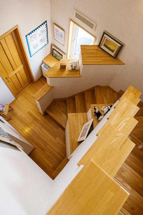 ステップ状の手摺りを設けた階段。リズミカルなラインは、空間のアクセントにもなっている。実用と意匠を併せ持つオリジナルの階段手摺りは、お客様にも人気だそう