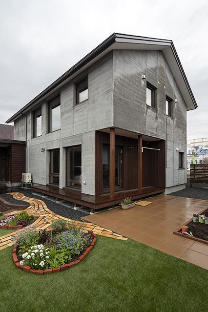 外構は石材店を営む奥さんのお父さんが担当。自然石をふんだんに使用した庭と、木と塗り壁でできた屋内を縁側がつないでいる