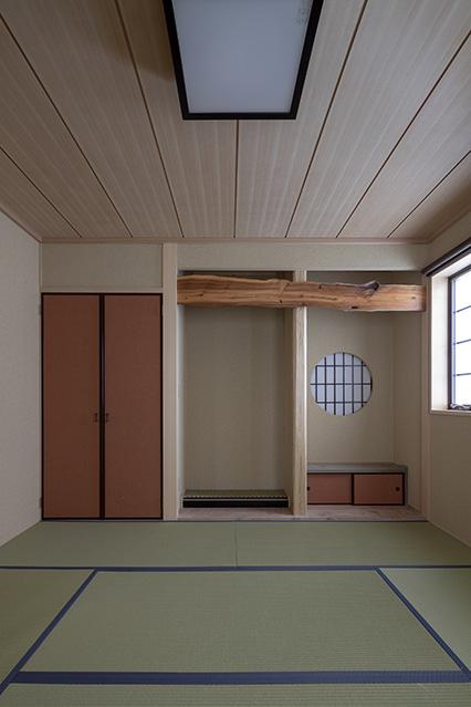 本格的な床の間をしつらえた1階和室。客間としてゲストが利用しやすいよう、トイレや水まわりへの動線を生活動線と分離している