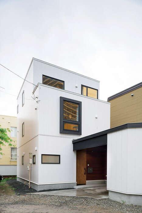 周囲の住宅にも違和感なく溶け込むようトーンを抑え、白を基調とした洗練された色使いの外観に