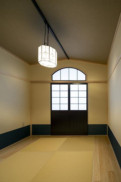 2階和室は大正ロマンをイメージした意匠で整えられている。「とても落ち着く」と、奥さんは大喜び