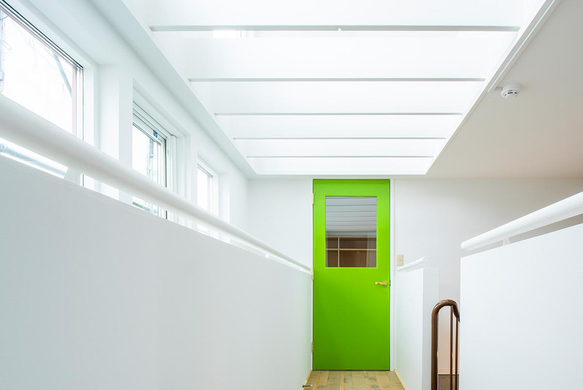【AFTER】壁の開口部分を塞ぎ、入り口にはグリーンのドアが設置され、ミーティングルームが完成