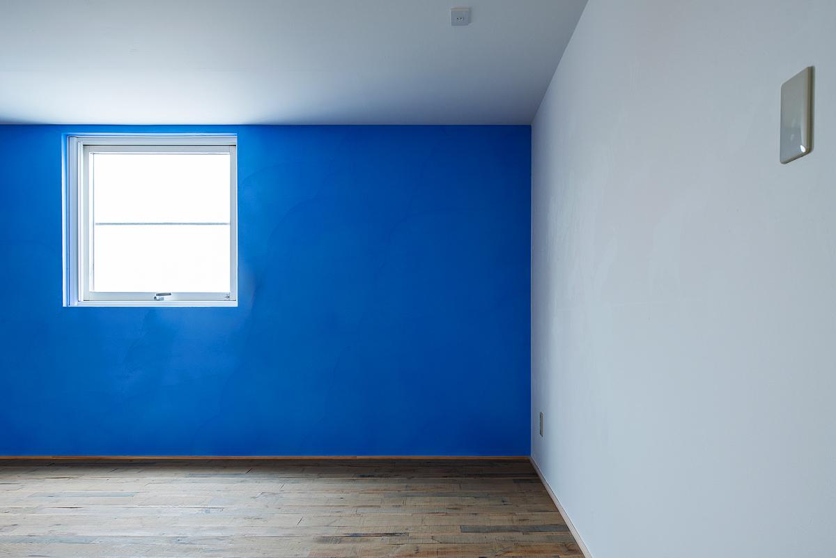 【AFTER】壁の塗装や床材にこだわったミーティングルームに変身