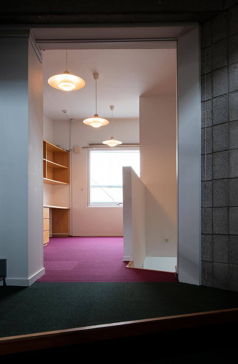【AFTER】タイルカーペットと照明で雰囲気のあるオフィスに