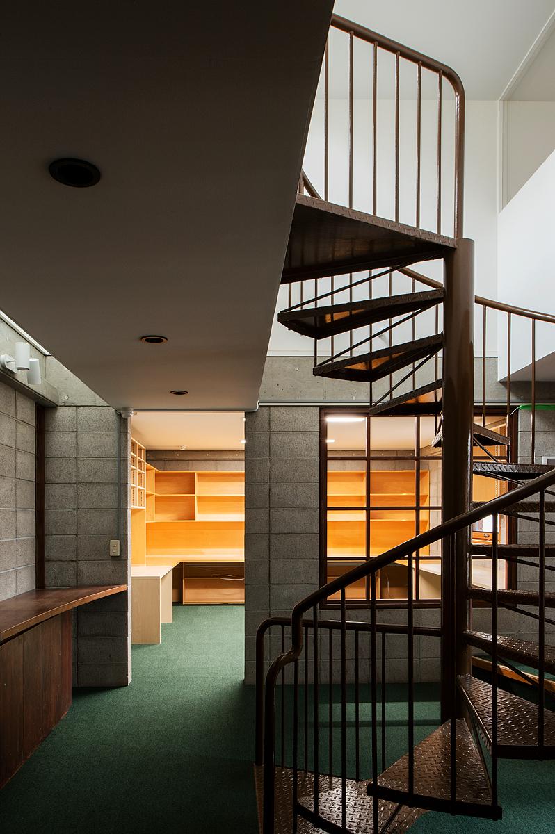 【AFTER】階段は落ち着いたトーンのブラウンに塗り替えられた。奥の部屋は執務スペースとして使うため、ドアや窓部分を抜いて開放的に