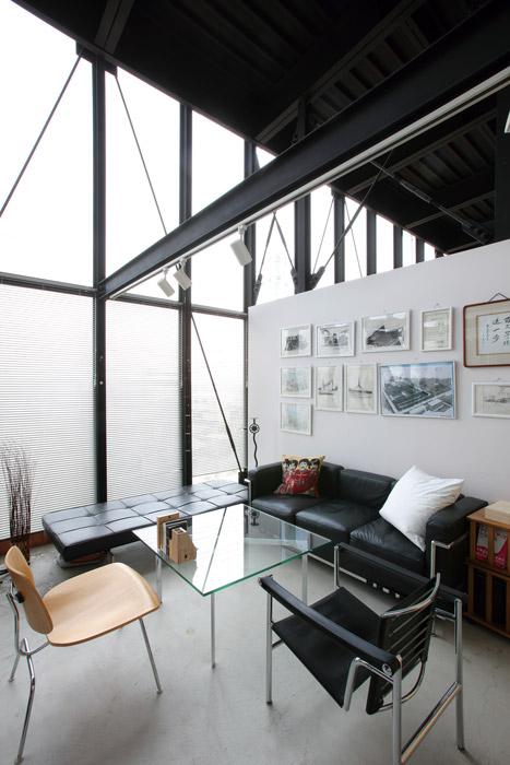 鉄骨の構造が、空間にシャープさをプラス。ダイナミックに施工されたガラス窓から明るい光が入る