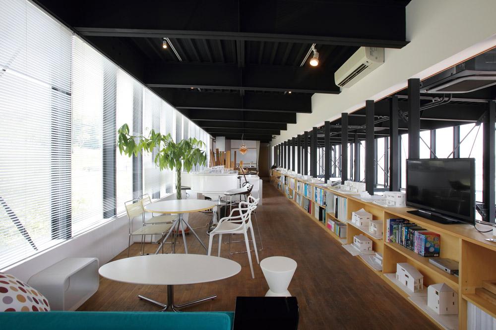 広がりのある、社屋3階の打ち合わせスペース。少しずつデザインの異なるテーブルや椅子に、さりげないこだわりを感じる