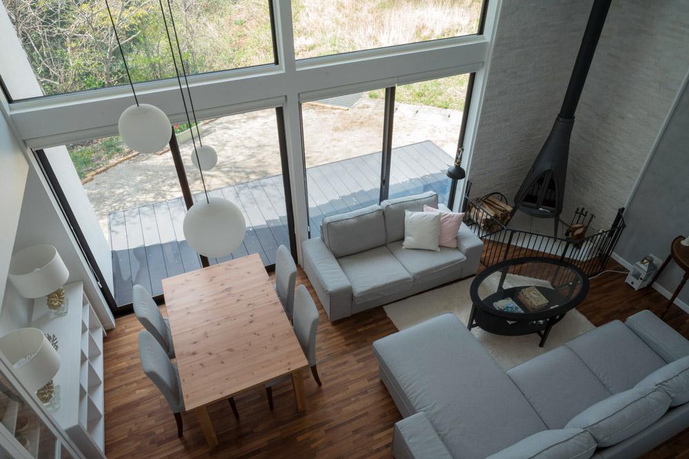 2階からリビングを見下ろす。家具や照明も1つひとつ、暮らしに合わせて選ぶ