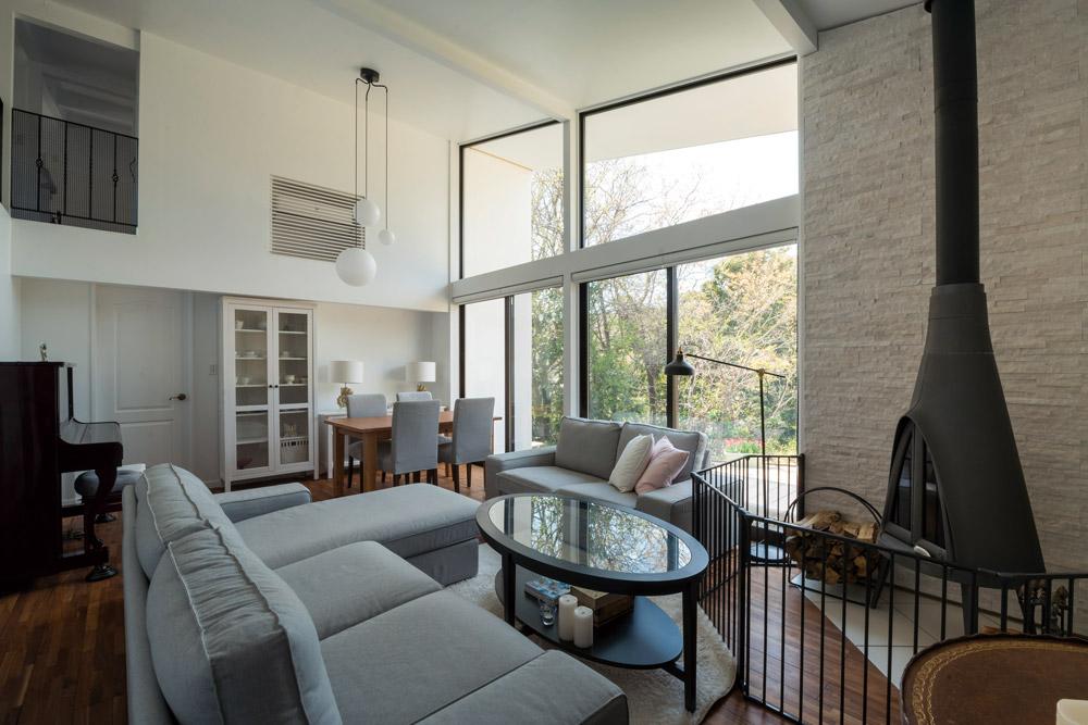 天井まで大きな窓を設けたリビング。この窓からの景観もこの家の魅力の1つだ