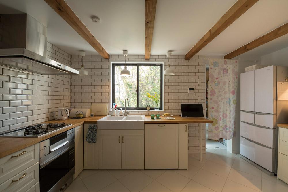 シンプルながら使い勝手が良さそうなキッチン。窓からの眺めも心地よい