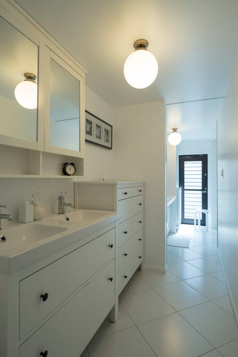 水まわりは家族用の玄関から直接つながる。収納も多く、清潔感が漂う