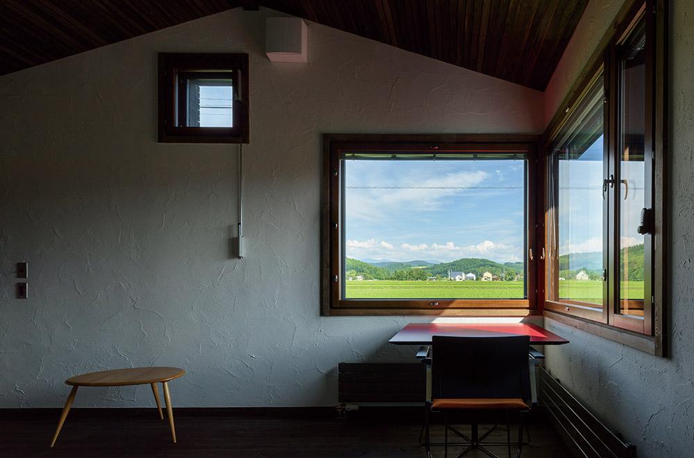 陰影の美しい親世帯のダイニング。L字型の窓からは、十勝岳連峰が一望できる