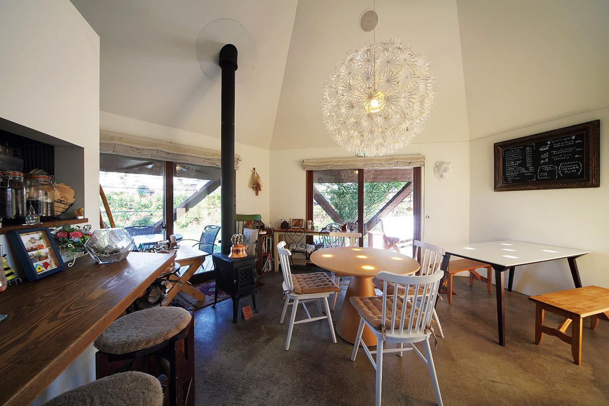 「斜め」の設計がよくわかるカフェ内部