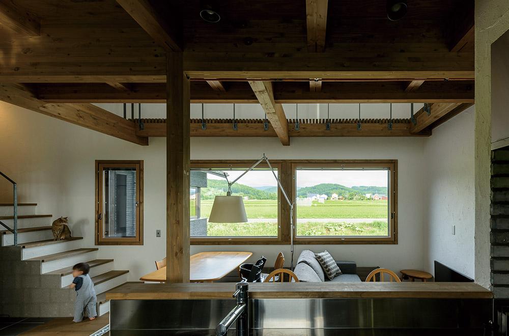 キッチンからは、リビングやダイニングにいる家族の様子が見渡せると同時に、窓の外に広がる景色も楽しむことができる