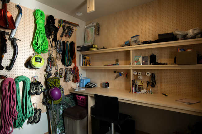 スキーやクライミングなどに使用する道具がぎっしりと置かれた1階の小部屋。