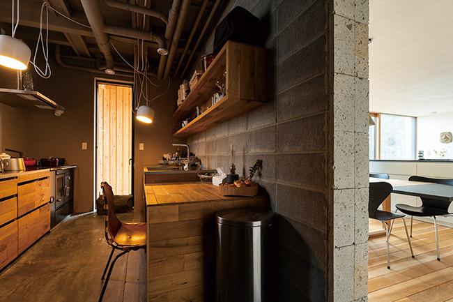 キッチンの熱源は廃材を使った薪コンロで、料理にはイタリア製のキッチンストーブが活躍