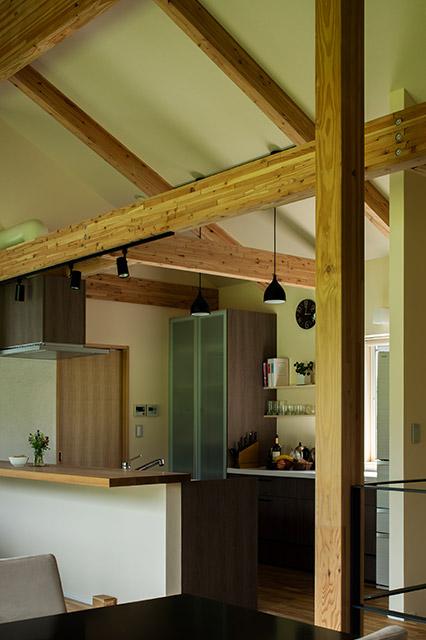 キッチン奥に隣接したパントリー空間は大量のスパイス類やキッチン家電が収納でき、使い勝手もバッチリ