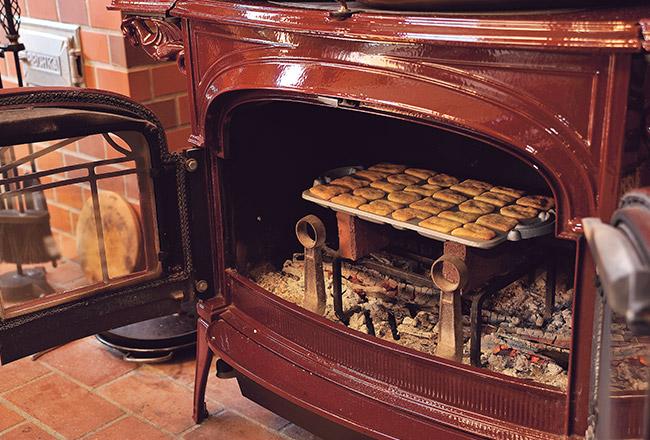 薪ストーブの炉内でクッキーを焼く