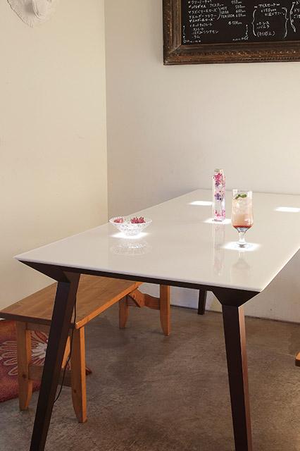 開発アイテム①有機EL照明内蔵テーブル。超薄型パネルが素材を透かして卓上で発光し、エモーショナルな雰囲気を演出する