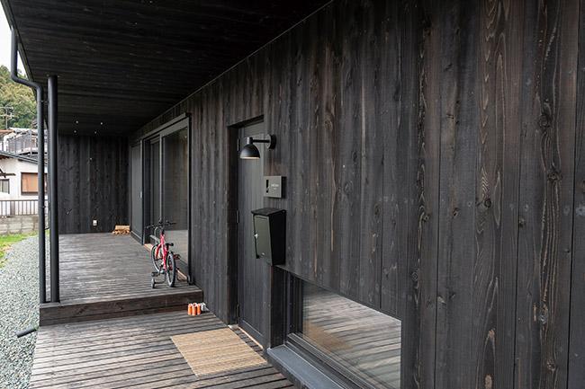 黒く塗装したスギ板を張った外壁
