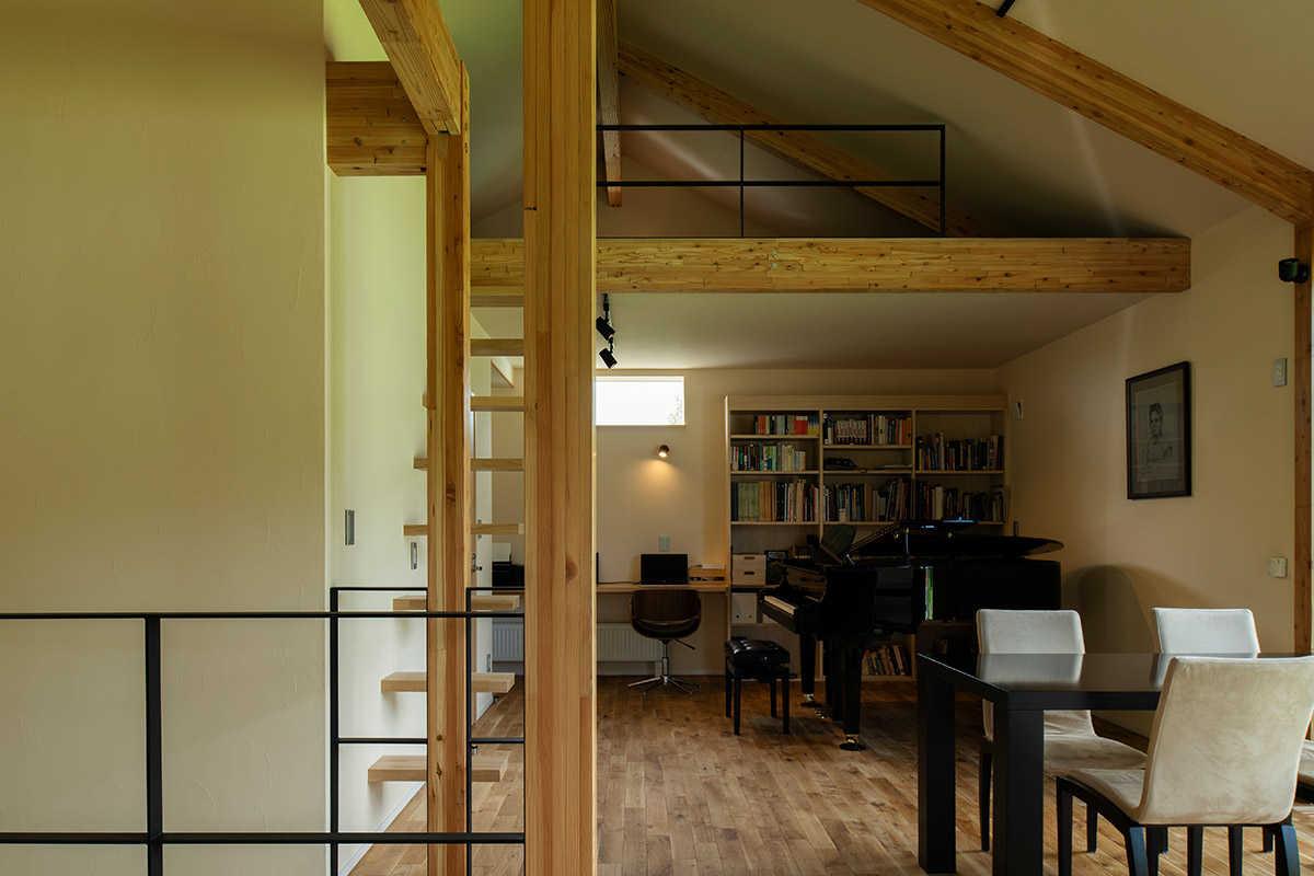 2階奥には奥さんのグランドピアノ。「時間や近所を気にすることなく、妻のピアノを存分に聴くことができて最高に幸せです」。腕前はかなりのものだとご主人