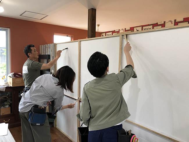 糊が足りないと、作業中に壁紙が剥がれてしまう。ローラーではきれいに塗れない角はハケで細かく