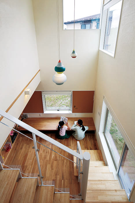 吹き抜けのスタディコーナーは子どもたちのお気に入り。カウンターテーブルや本棚も造作