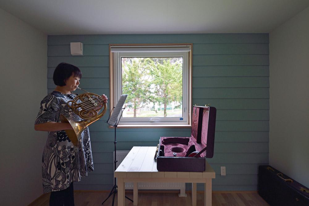 窓から見える遊歩道を楽しみながらホルンの練習ができる練習室兼ゲストルーム