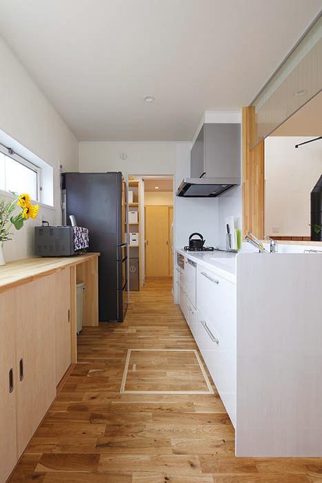 キッチン~パントリー~玄関方向の動線。家族が多い分、動線や収納スペースなどの生活機能性は特に重要