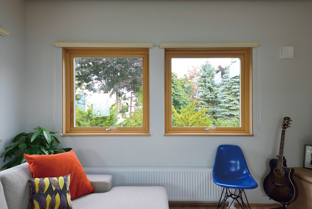 「この窓からの景色が心が癒されて好きです」と語る、ご主人のギタースペースもあるリビング