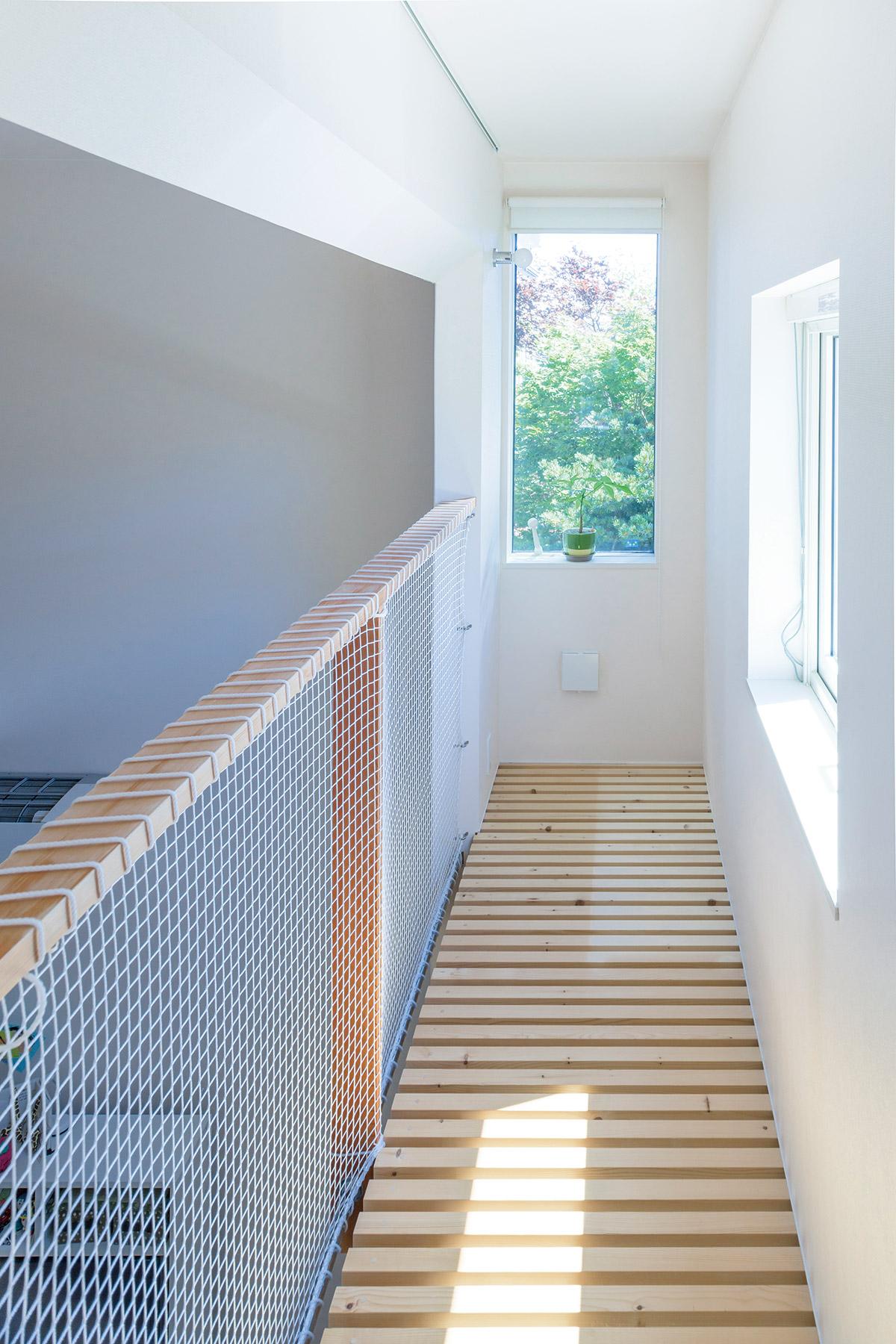 サンルームの東側には、隣家の庭の緑を効果的に採りこむ窓が設けられている