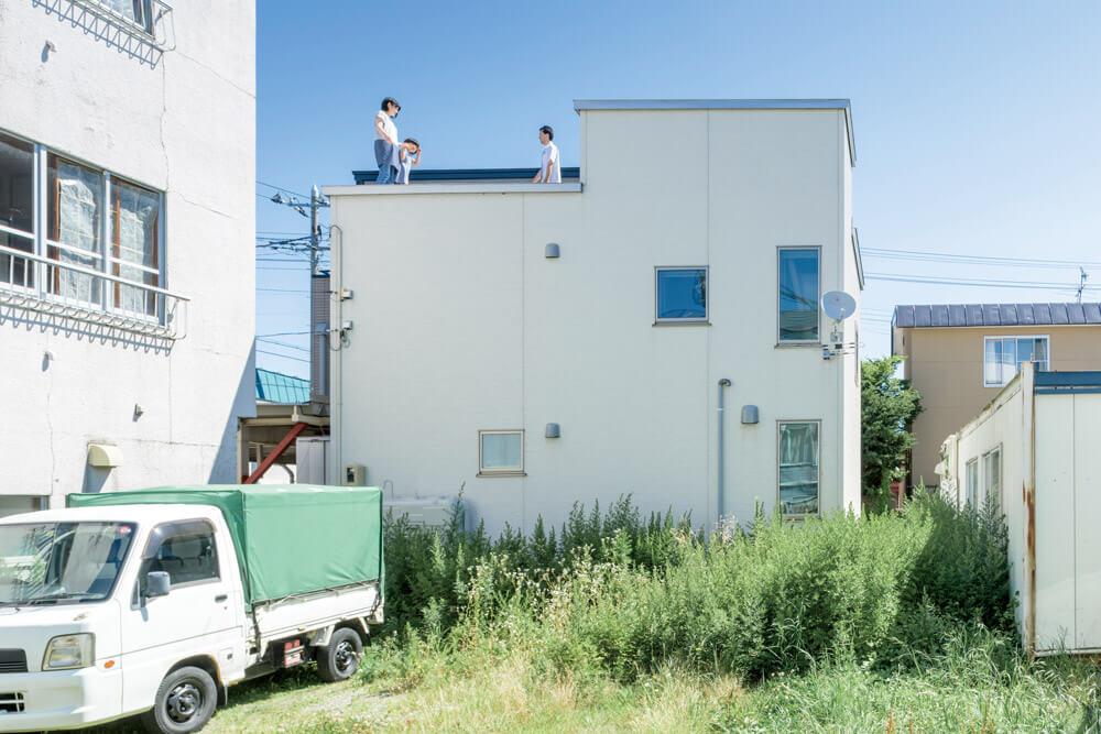 住まいの南側(写真右側)には、将来建物が建つ可能性があるため、南の窓は2階のみとし、東西の窓からも採光を得ている