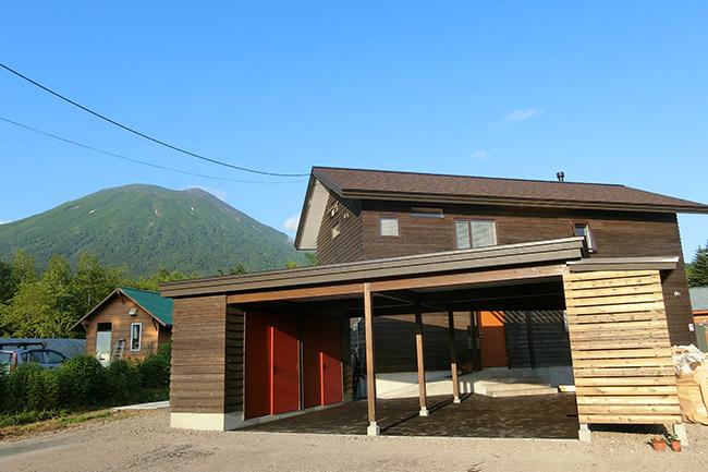 木張りの外壁が景色に映える。まさに「ここにしかない暮らし」