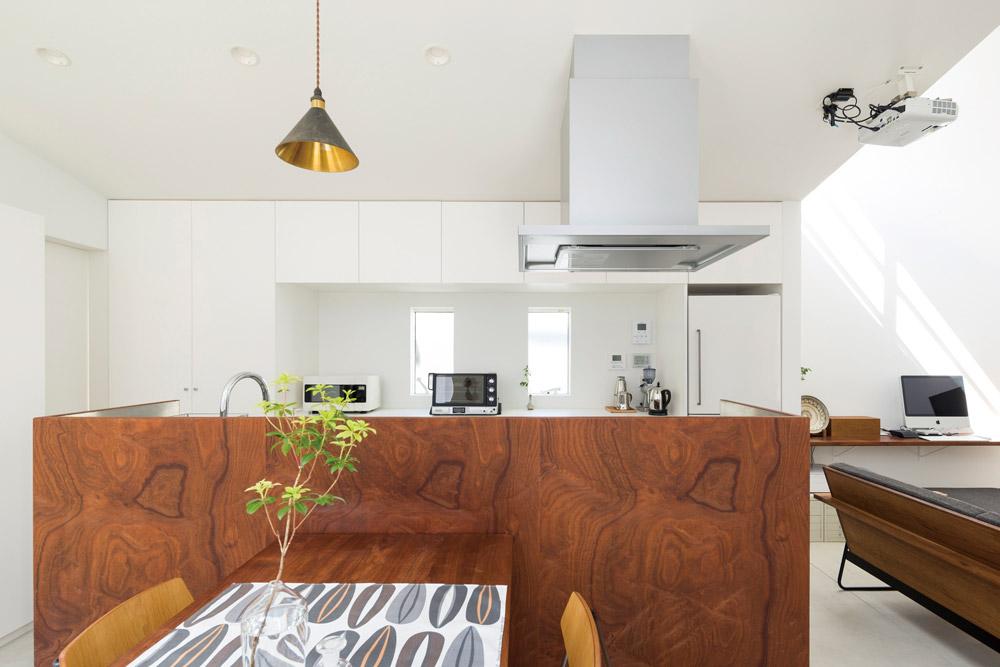 マホガニーの突き板で造作した、オリジナリティあふれるオープンキッチン