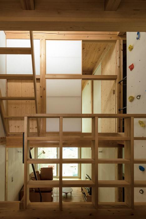 造作の棚やボルダリングのホールドが設けられた室内