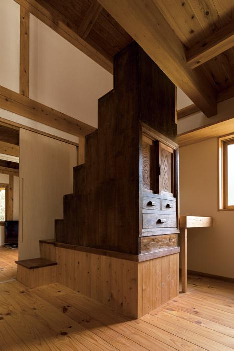 ロフトに昇る階段下に、震災後に登米町から譲り受けた処分直前の箪笥を組み込んだ