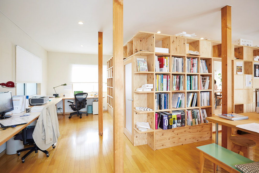 使い勝手を考え、すっきりと整理された木の空間。「木造建築に思い入れがある」という井上さんの想いが伝わってくるよう