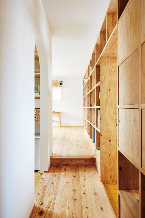 県産スギの合板材で設えた本棚を間仕切りとして活用。家づくりのヒントにも