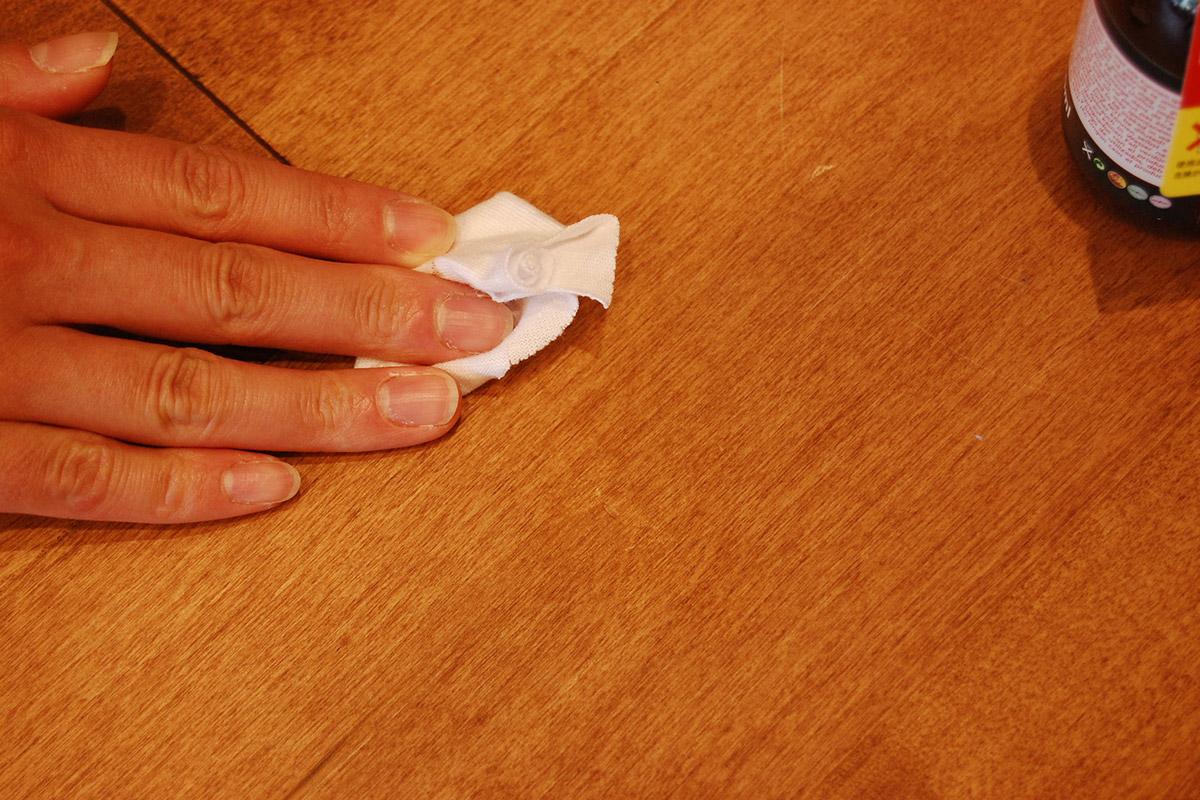 布でこすって、塗料を傷の部分になじませると…