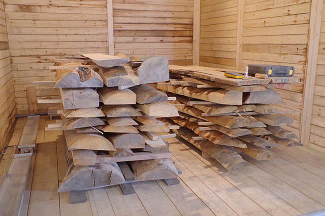 低温バイオ乾燥機で、板状に切った材木をじっくりじわじわ乾燥中