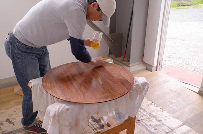 ひまわり油+北海道産蜜蝋のワックスを塗って仕上げてるよ