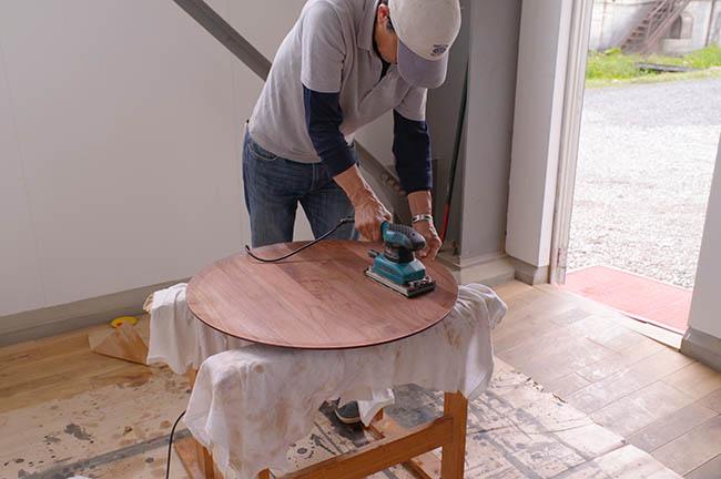 最後に、家具を磨いて塗装