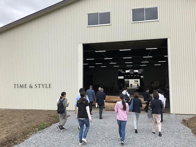 土場から工場内へ。こういった大きな建物が、いくつか連なってるみたい
